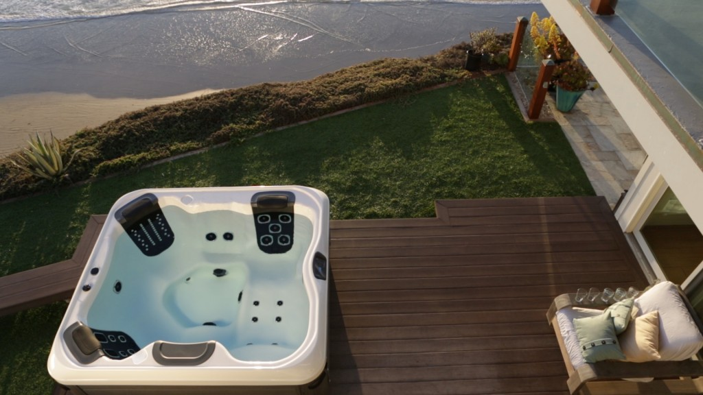 bullfrog spas r series hot tubs are smack in the middle of perfection besthottubs. Black Bedroom Furniture Sets. Home Design Ideas